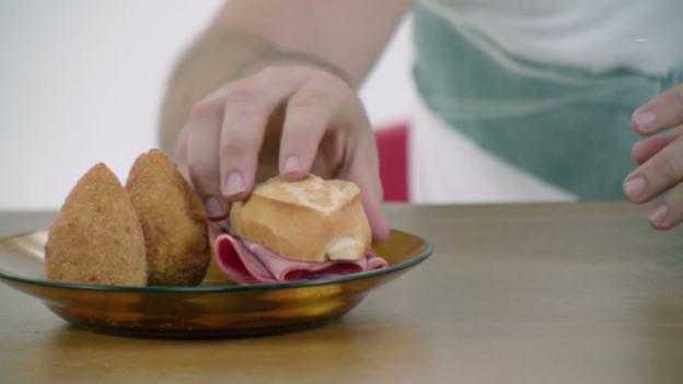 Coxinha e pão com mortadela