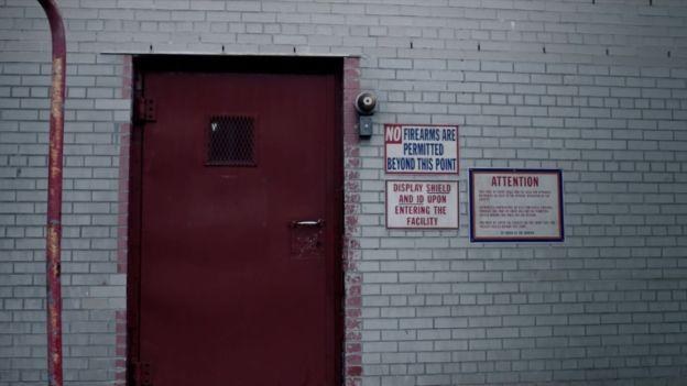 The Night Of 1x03 A Dark Crate cena 1